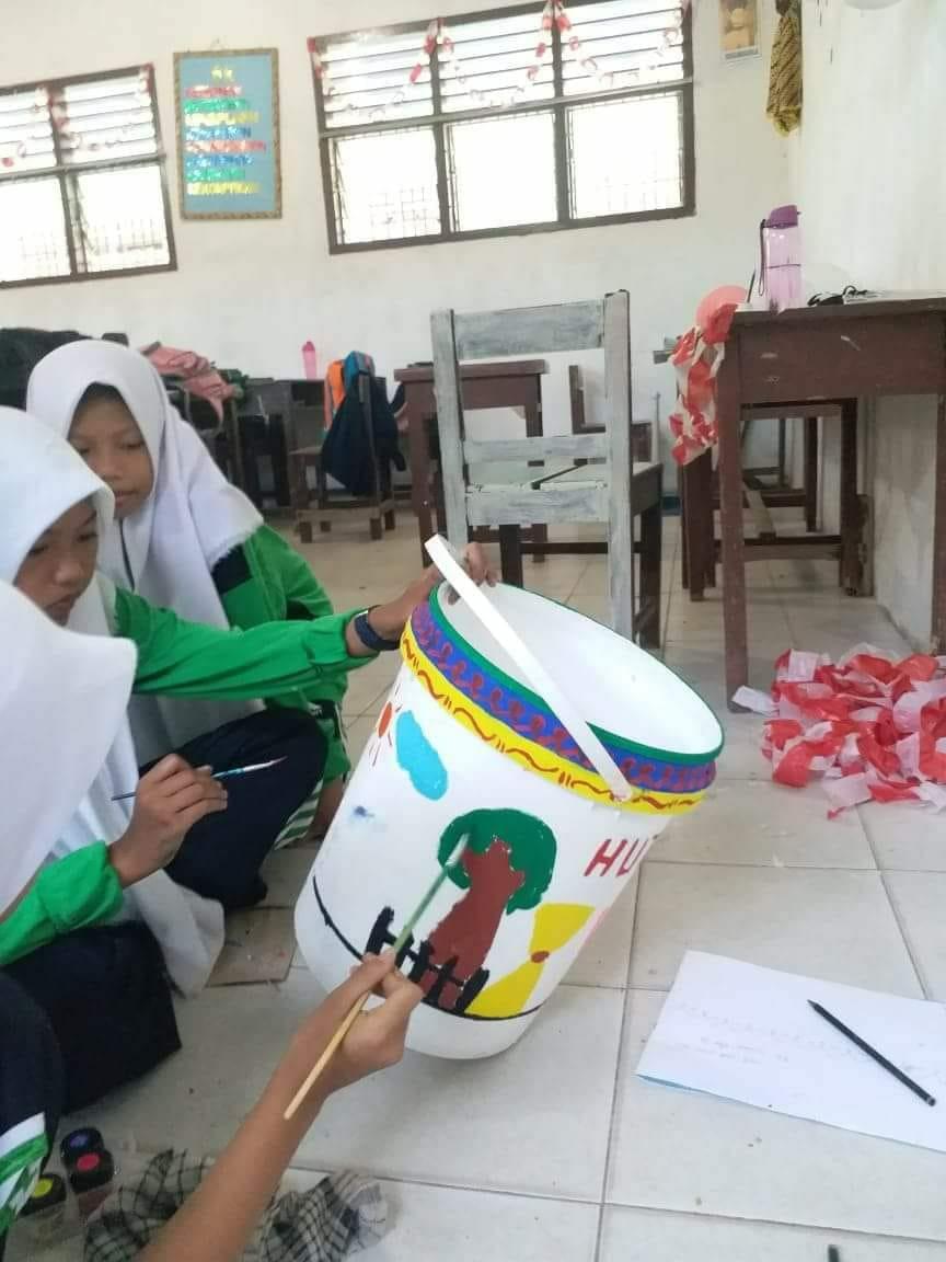 Di SMPN 3 Percut Meriahkan HUT RI Ke 73 Dengan Melukis Tong